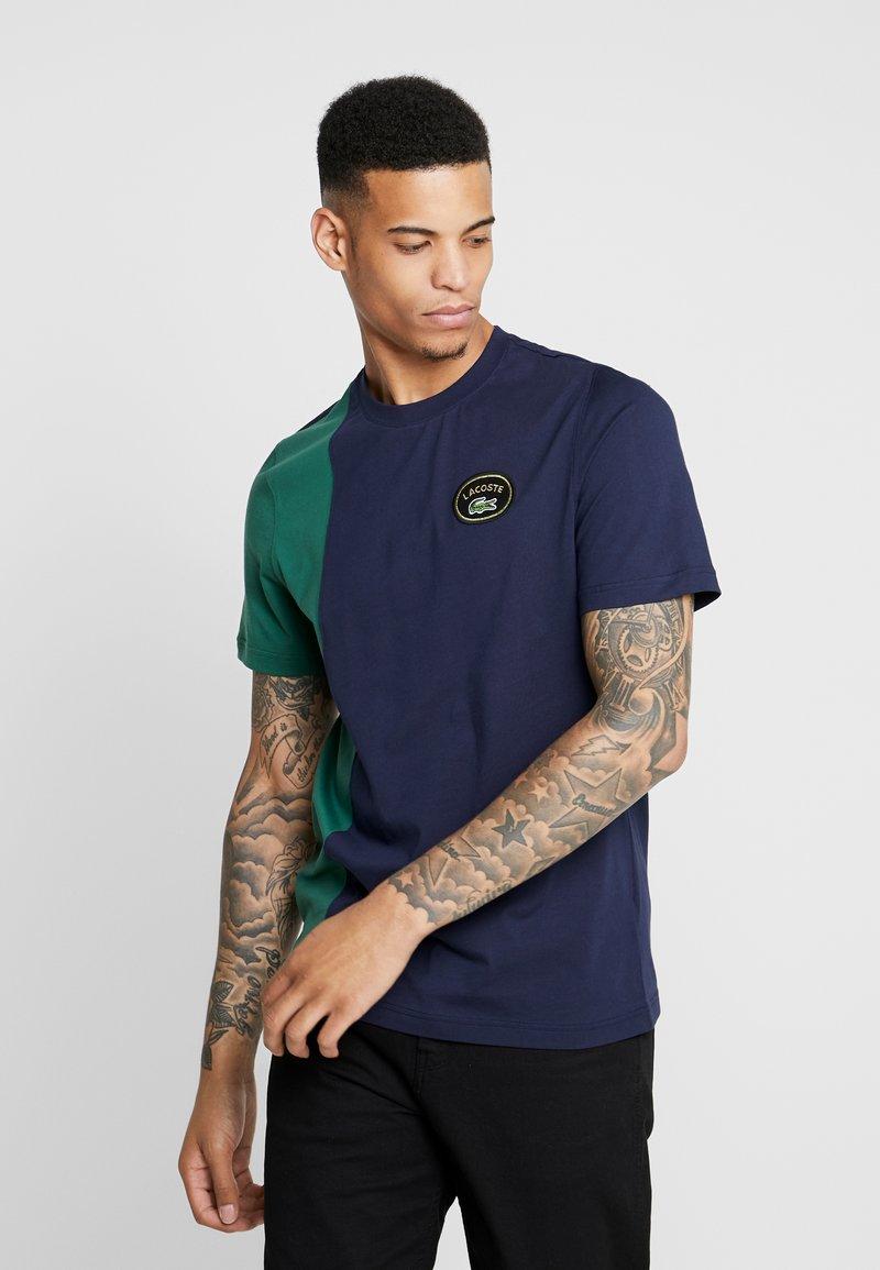 Lacoste LIVE - T-shirt imprimé - marine/vert