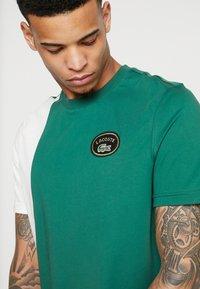 Lacoste LIVE - T-shirt med print - vert/farine - 4