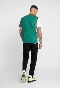 Lacoste LIVE - T-shirt med print - vert/farine - 2