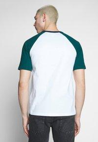 Lacoste LIVE - Print T-shirt - white/pine - 2