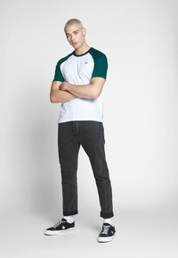 Lacoste LIVE - Print T-shirt - white/pine - 1