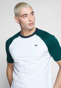 Lacoste LIVE - Print T-shirt - white/pine - 3