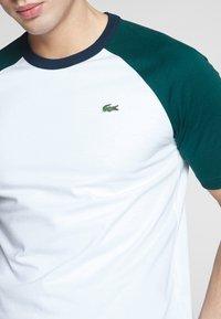 Lacoste LIVE - Print T-shirt - white/pine - 5