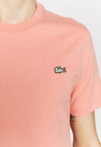 Lacoste LIVE - Basic T-shirt - elf pink - 4