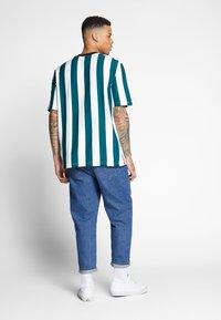 Lacoste LIVE - Print T-shirt - flour/pine - 2
