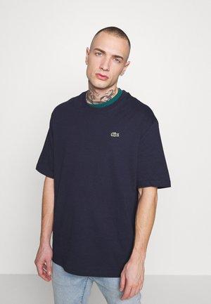 Print T-shirt - navy blue/pine