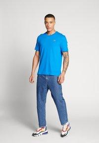 Lacoste LIVE - T-Shirt print - nattier blue/white - 1