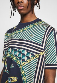 Lacoste LIVE - T-shirts med print - navy blue/multico - 4