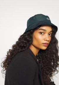 Lacoste LIVE - BUCKET HAT - Hattu - black/pine - 1