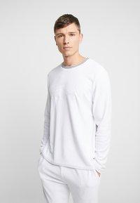 Lacoste - LONG SLEEVE CREWNECK - Camiseta de pijama - white - 0