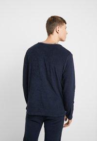 Lacoste - LONG SLEEVE CREWNECK - Camiseta de pijama - navy - 2
