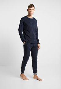 Lacoste - LONG SLEEVE CREWNECK - Camiseta de pijama - navy - 1