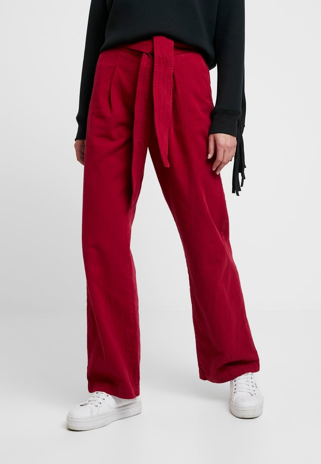 LMC TIE TROUSER - Flared jeans - crimson