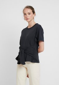 Levi's® Made & Crafted - LMC LASSO TEE - T-shirts med print - jet black - 0