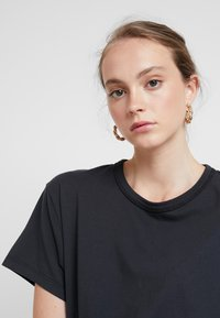 Levi's® Made & Crafted - LMC LASSO TEE - T-shirts med print - jet black - 3
