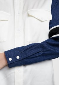 Levi's® Made & Crafted - WESTERN MIX UP TOP - Skjorta - pristine - 5