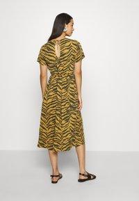 Leon & Harper - REVA TIGER - Sukienka letnia - brown - 2