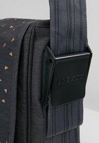 Lässig - MESSENGER BAG TRIANGLE - Tasker - dark grey - 8