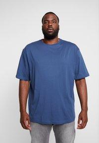 LERROS - UEBERGROESSE - Basic T-shirt - storm blue - 0