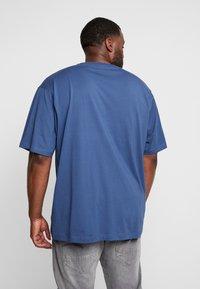 LERROS - UEBERGROESSE - Basic T-shirt - storm blue - 2