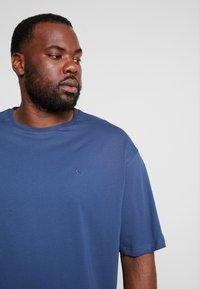 LERROS - UEBERGROESSE - Basic T-shirt - storm blue - 4
