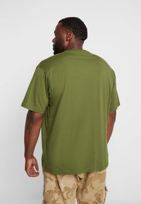 LERROS - UEBERGROESSE - Jednoduché triko - moss green - 2