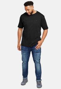 LERROS - UEBERGROESSE - Basic T-shirt - black - 1