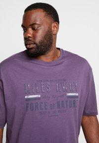 LERROS - O-NECK - Print T-shirt - autumn grape - 4