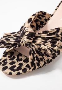Loeffler Randall - EMILIA PLEATED KNOT MULE - Pantofle na podpatku - tan - 2