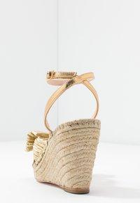 Loeffler Randall - CHARLEY PLEATED KNOT WEDGE - Sandály na vysokém podpatku - gold - 5