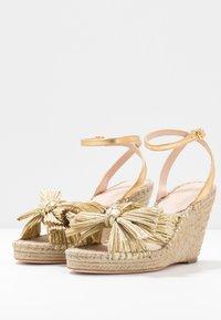 Loeffler Randall - CHARLEY PLEATED KNOT WEDGE - Sandály na vysokém podpatku - gold - 4