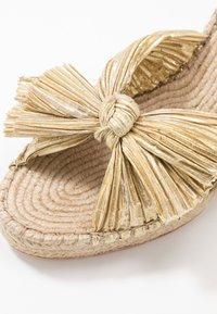 Loeffler Randall - CHARLEY PLEATED KNOT WEDGE - Sandály na vysokém podpatku - gold - 2