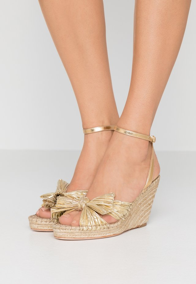 CHARLEY PLEATED KNOT WEDGE - Sandały na obcasie - gold