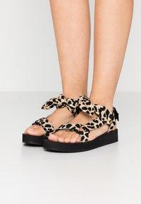 Loeffler Randall - MAISIE SPORT  - Sandály na platformě - beige - 0