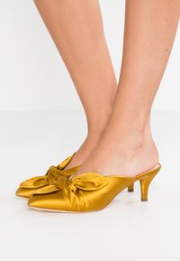 Loeffler Randall - JADE KITTEN HEEL MULE WITH BOW - Classic heels - marigold - 0