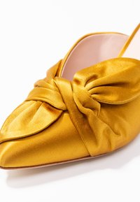 Loeffler Randall - JADE KITTEN HEEL MULE WITH BOW - Classic heels - marigold - 2