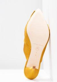Loeffler Randall - JADE KITTEN HEEL MULE WITH BOW - Classic heels - marigold - 6