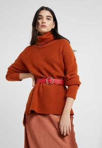Loeffler Randall - LEO TWISTED CIRCLE BUCKLE - Ceinture taille haute - cherry red - 1