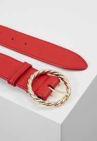 Loeffler Randall - LEO TWISTED CIRCLE BUCKLE - Ceinture taille haute - cherry red - 2