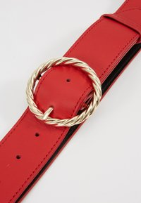 Loeffler Randall - LEO TWISTED CIRCLE BUCKLE - Ceinture taille haute - cherry red - 4