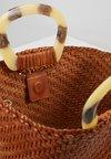 Loeffler Randall - WOVEN FAN TOTE - Handtasche - timber brown