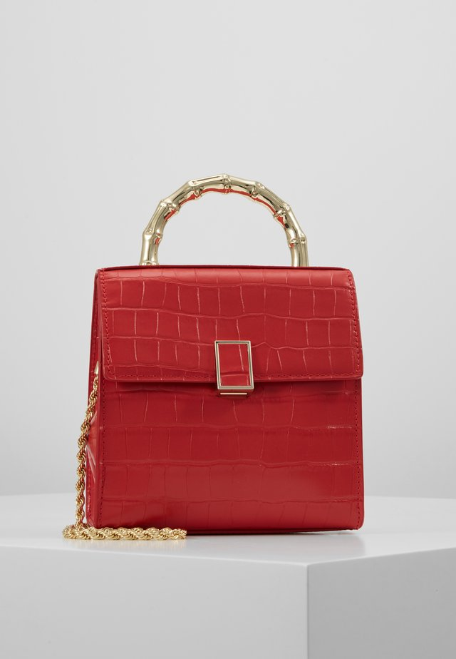 TANI MINI SQUARE CROSSBODY - Taška s příčným popruhem - cherry red chred
