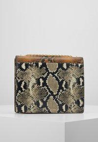 Loeffler Randall - MARLA SQUARE BAG WITH CHAIN - Håndveske - amber/sand - 2