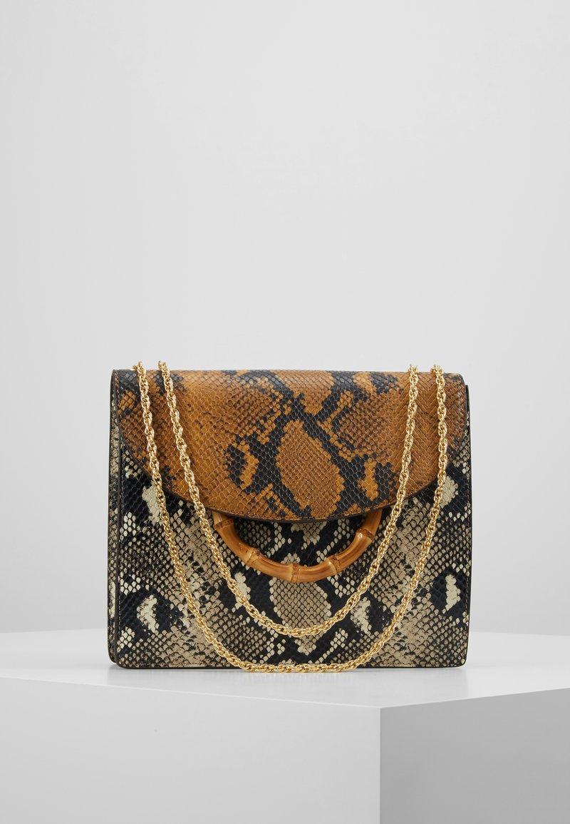 Loeffler Randall - MARLA SQUARE BAG WITH CHAIN - Håndveske - amber/sand