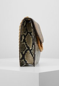 Loeffler Randall - MARLA SQUARE BAG WITH CHAIN - Håndveske - amber/sand - 3