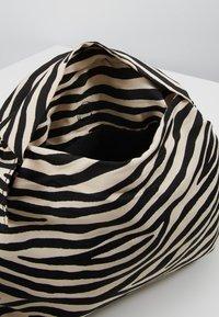 Loeffler Randall - IZZIE HEART HANDLE TOTE - Handbag - zebra - 4