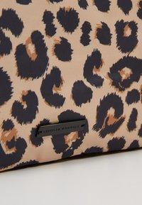 Loeffler Randall - ROXANA LARGE TOTE - Shopping Bag - camel - 7