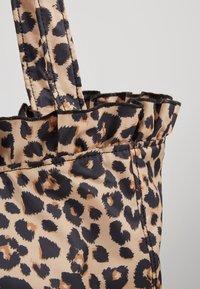 Loeffler Randall - ROXANA LARGE TOTE - Shopping Bag - camel - 5