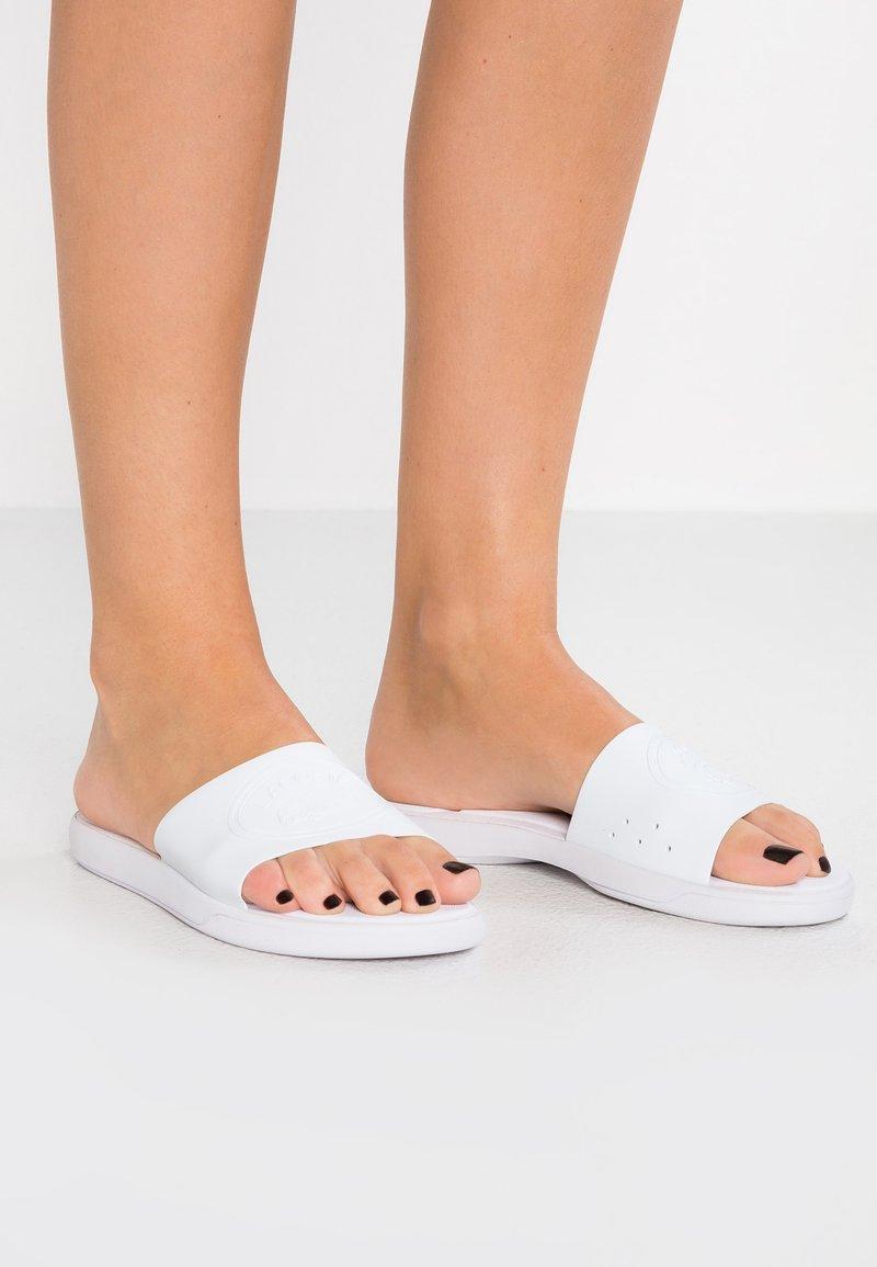 Lacoste - SLIDE - Sandały kąpielowe - white