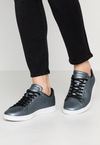 Lacoste - CARNABY EVO - Sneaker low - black/white - 0